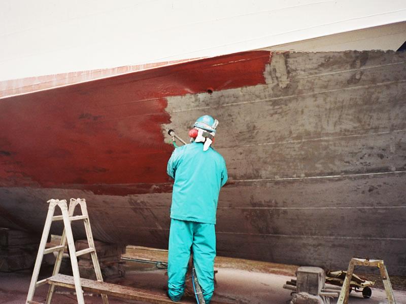 船底塗料除去作業中